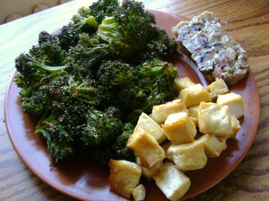 Maple Baked Tofu, Roasted Broccoli, Raw Fruit & Nut Bar